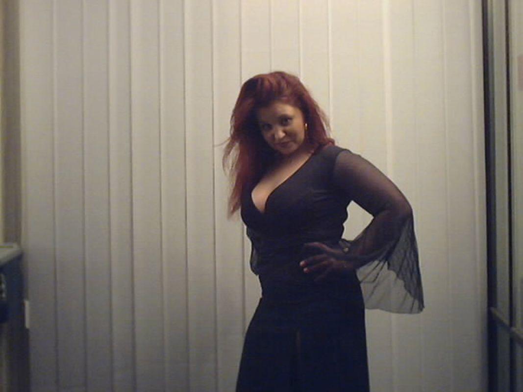 Curvy Frau in sexy Kleidung